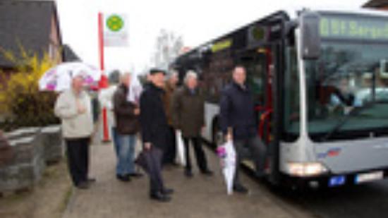 SPD-Landratskandidat Thomas Grambow und Samtgemeindebürgermeister Rolf Roth am Schnellbus nach Bergedorf. Mit dabei sind auch Prof. Dr. Jens-Rainer Ahrens und weitere Mitglieder der Gruppe SPD/Unabhängiger im Kreistag.