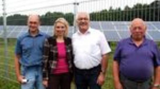 Berufsschäfer Wendelin Schmücker (l.), sein Vater Adolf Schmücker (r.), von dem er Hof und Beruf übernommen hat, mit den SPD-Bundestagsabgeordneten Dr. Wilhelm Priesmeier und Svenja Stadler