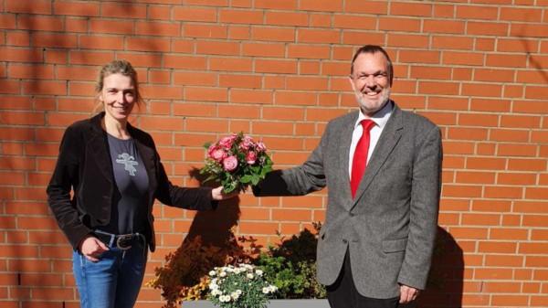 Bild zeigt wie Thomas Grambow der neuen Vorsitzenden Svenja Stadler einen Blumenstrauß übergibt