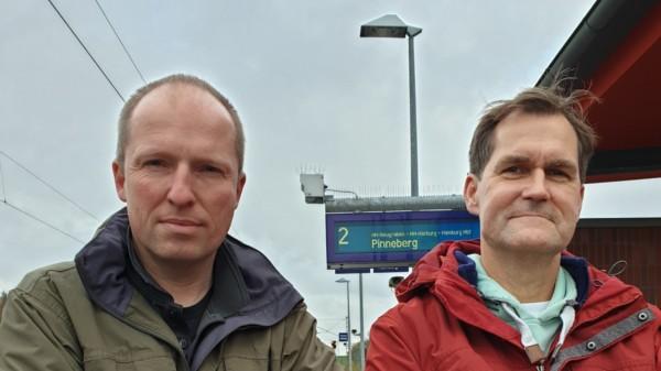 Tobias Handtke und Jürgen Waszkewitz auf dem Bahnhof Neu Wulmstorf