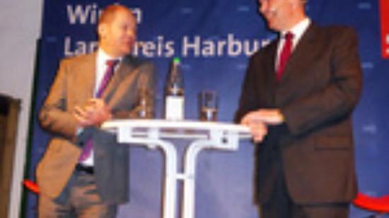 Olaf Scholz (li.) und Thomas Grambow im Gespräch